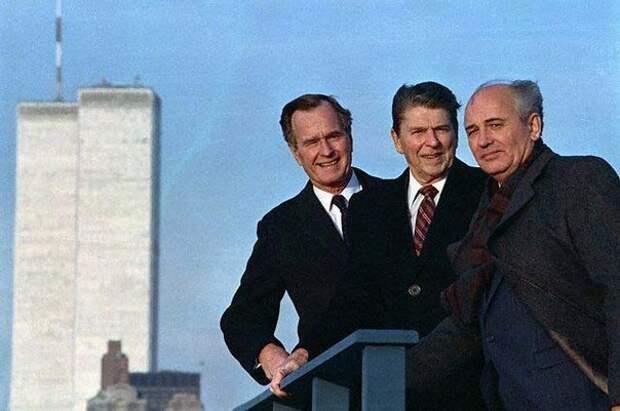 Генеральный секретарь ЦК КПСС Михаил Горбачев с президентом США Рональдом Рейганом и вице-президентом Джорджем Бушем ст. во время прогулки по Губернаторскому острову (Говернорс-Айленд), Нью-Йорк, 7 декабря 1988 года.