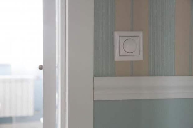 Свет в гостиной включается из коридора. Удобно при распашных дверях.