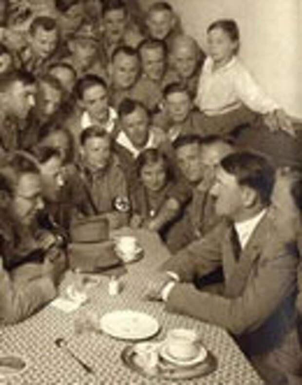 Фотография Гитлера в окружении людей