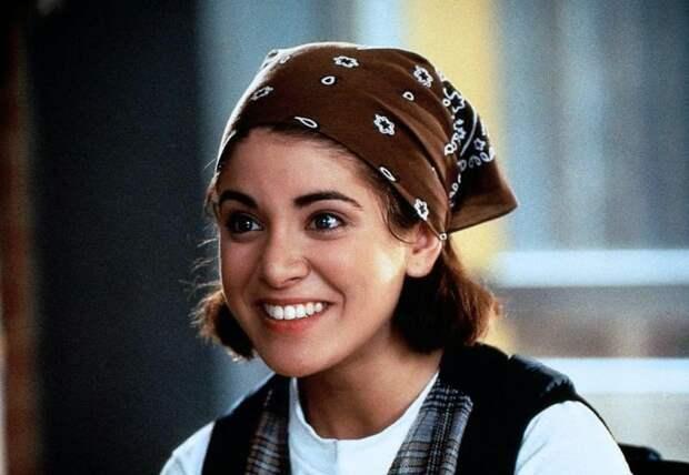 Красотка из комедий 90-ых Аланна Юбак.