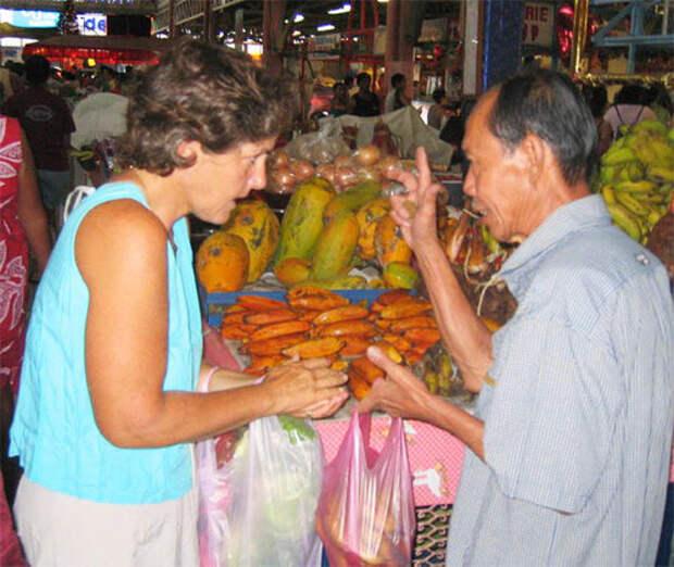 Туристка и продавец торгуются
