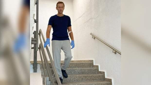 Новое фото Навального напомнило Соловьеву бегущего по лестнице Ефремова