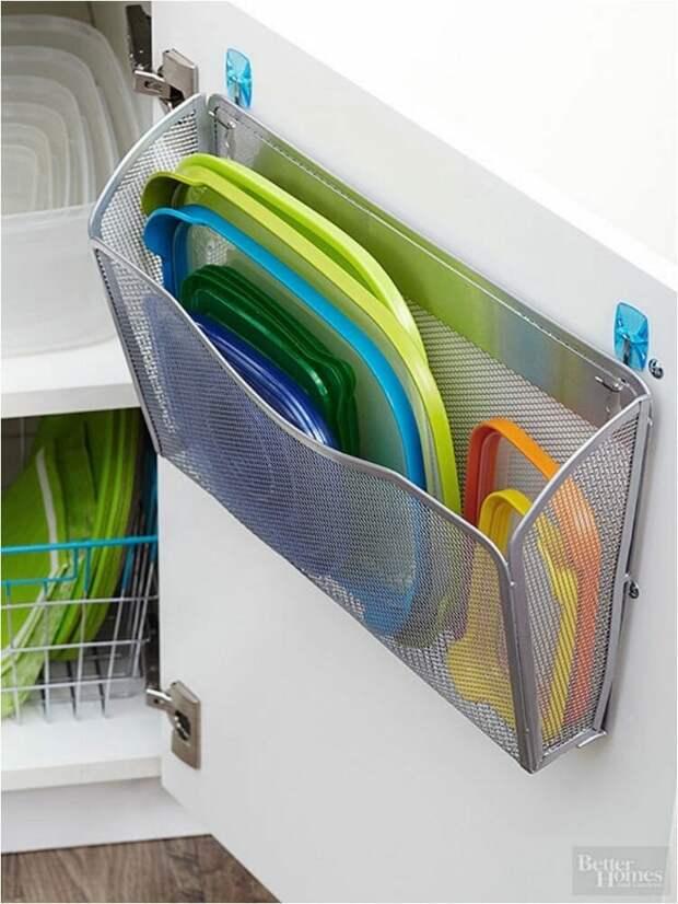 крепление сетчатого кармана на крючках на кухне