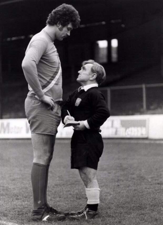 Футбольный арбитр Джоуи Шаклфорд (рост 1,46 м) выносит предупреждение игроку Клайву Годдарду (рост 2,06 м). Англия, 1980 год. история, факты, фото