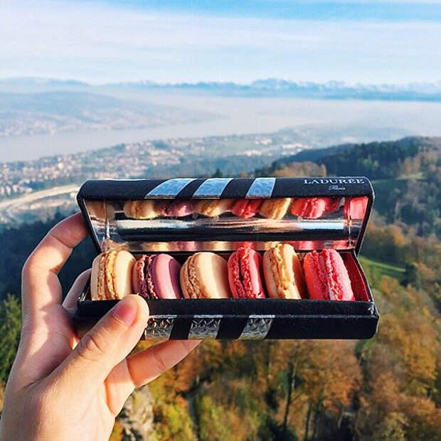 Девушка путешествует по миру и пробует самую вкусную уличную еду