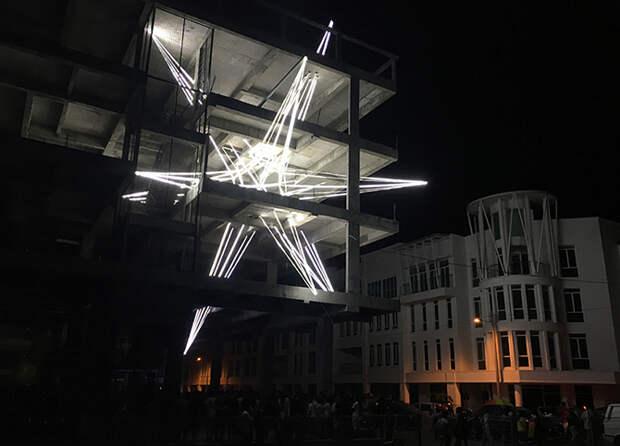 Звезда из светодиодов внутри недостроенного здания