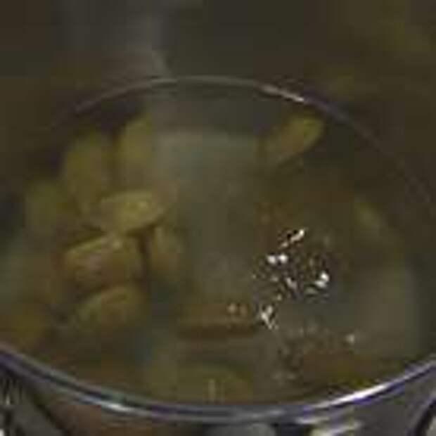 Отваривать пельмени в большой кастрюле с кипящей подсоленной водой в течение 8-10 минут, затем вынуть шумовкой.