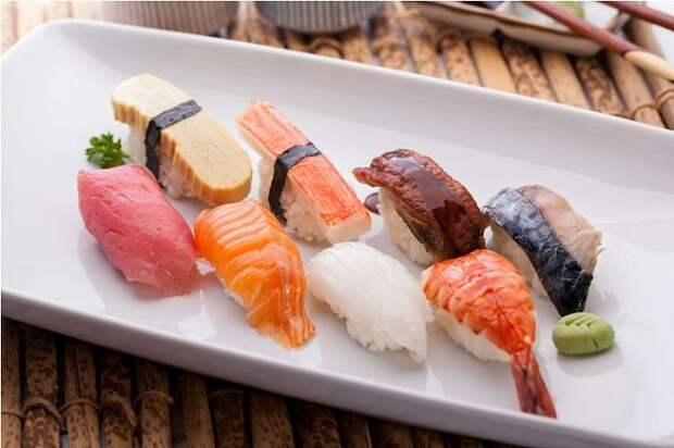 Суши нагири едят руками. / Фото: pinterest.ru