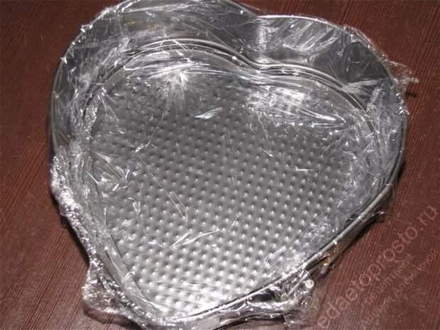 Обтянуть съемную форму для торта пищевой пленкой. пошаговое фото приготовления торта Дамские пальчики