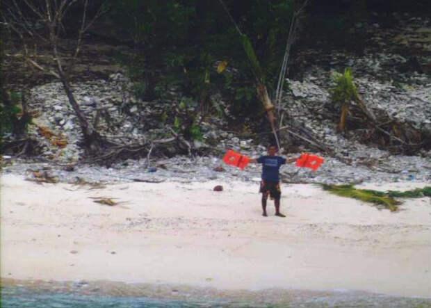 """#ОБЖ. С необитаемого острова спасли мужчин, выложивших листьями слово """"Помогите"""""""