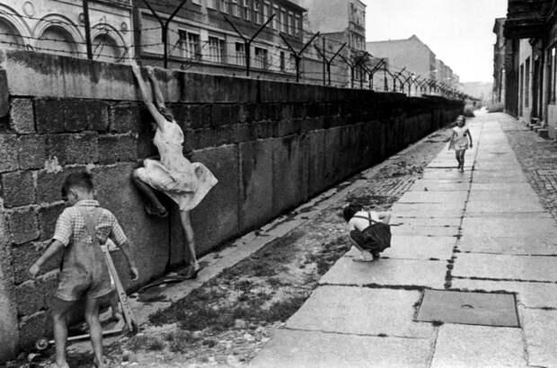 15. Дети у Берлинской стены. исторические фотографии, история, фото