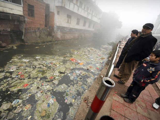 28. Жители Жугао, провинция Сычуань, смотрят на мусор в реке загрязнение, китай, экология
