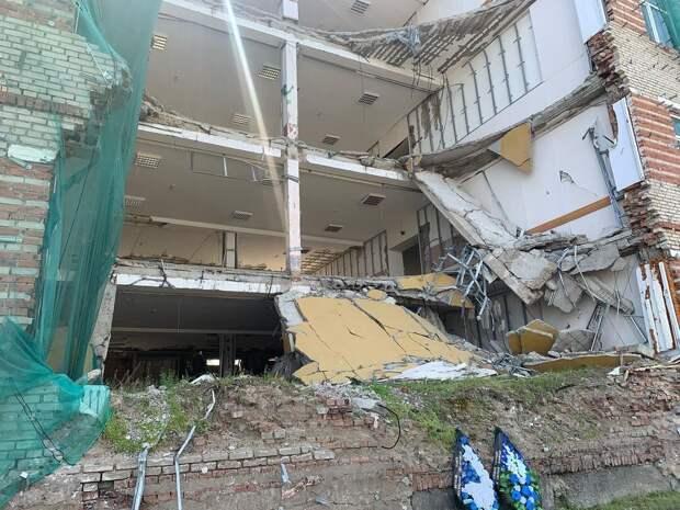 Под завалами обрушившегося здания. Рустам Набиев . Выживший