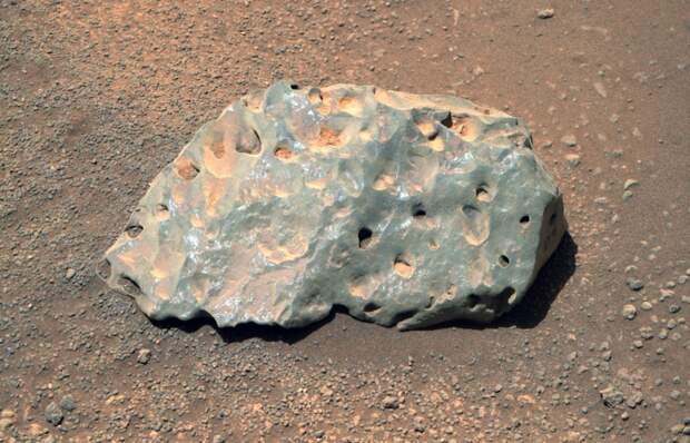 Ровер Perseverance обнаружил на Марсе необычный голубой камень