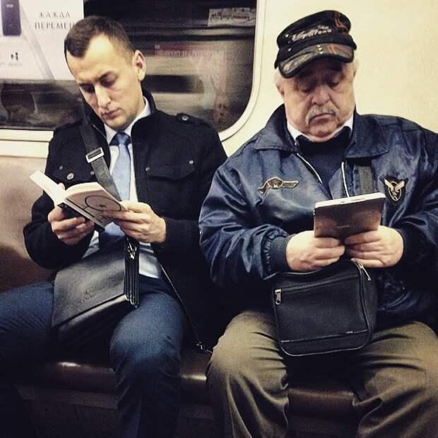 Кому бумажная книга, а кому электронная  книги, метро, чтение