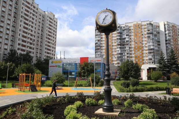 Ретро-часы появились в сквере на пересечении Дубравной улицы и Пятницкого шоссе