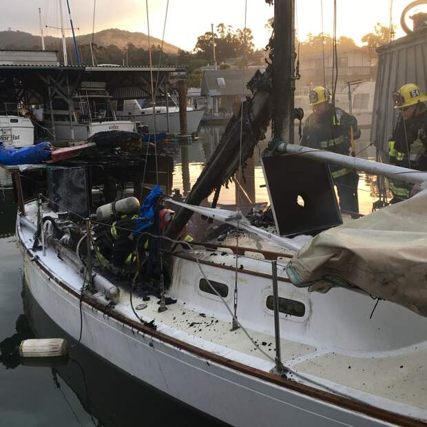 Лодка была объята пламенем! Когда пожар стали тушить, люди заметили забытого пассажира…