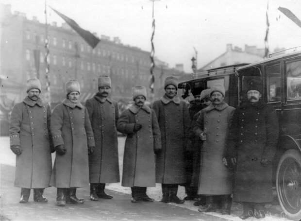 02. Группа придворных шоферов в зимней форме у автомобиля