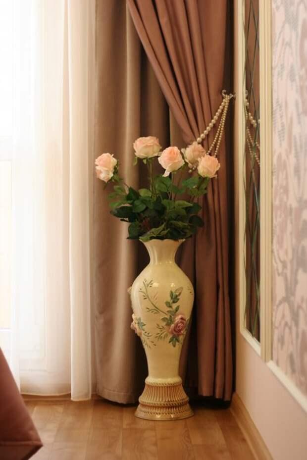 Этой вазе уже больше 20 лет, покупалась давным-давно за огромные на то время деньги в Киеве (еле достали). В последнее время все ее уже списали со счетов, но в новой спальне она теперь просто незаменима!