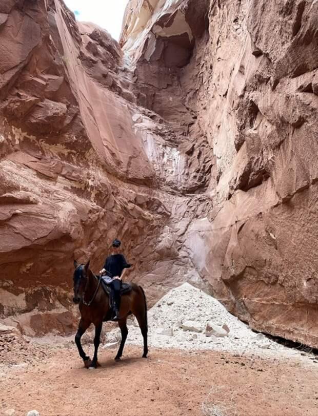 Отдых с мужем, сплав на лодках и прогулки на лошадях: как проводит лето модель Рози Хантингтон-Уайтли