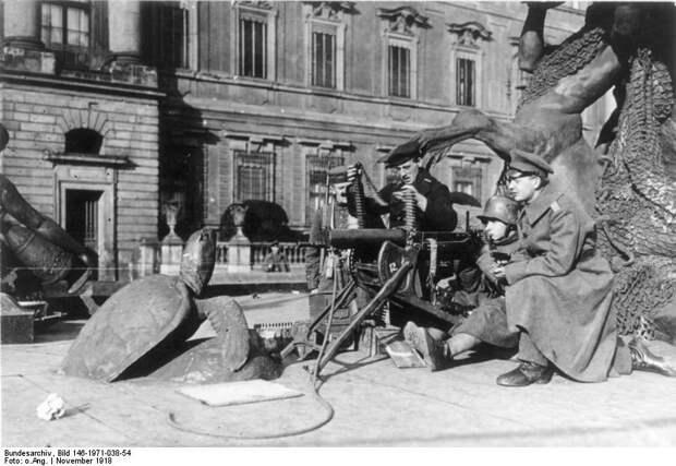 Revolution in Berlin, MG-Posten vor dem Schloss