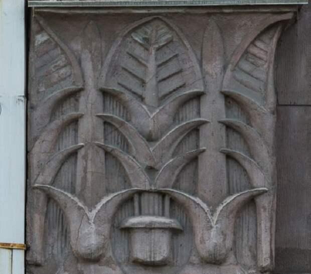 Лотосы на знаменитом доме Нежинской, украшенном в египетском стиле.. /Фото:dohodnyedoma.ru