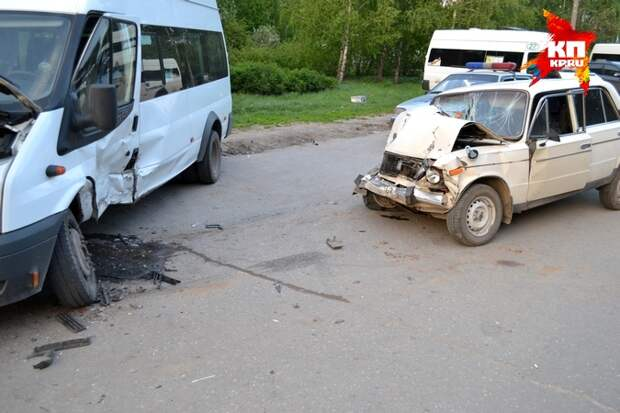 В Рязани ВАЗ-2106 протаранил стоянку маршрутных такси