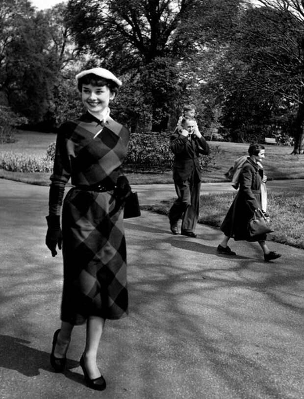 Одри Хепберн в ботанических садах Кью, 1950 год