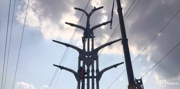 На улице Соловьиная Роща монтируют опору для освещения – управа