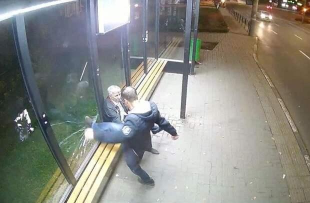 В Ижевске разыскивают вандала, разбившего стекло на остановке «Улица Кирова»