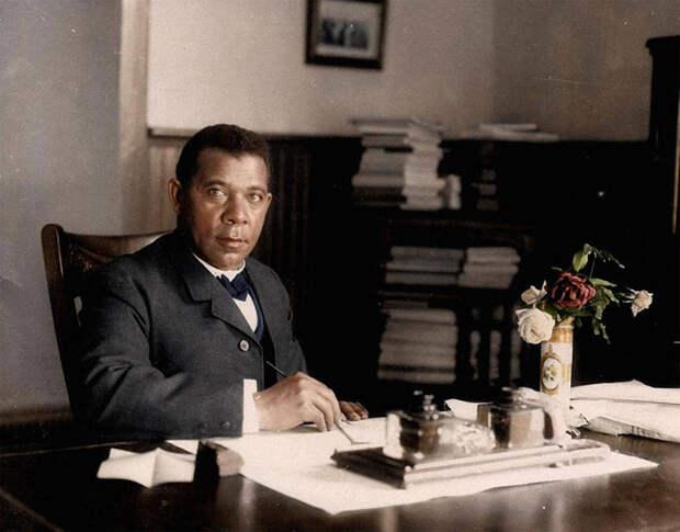 Букер Тальяферро Вашингтон, один из ведущих борцов за просвещение афроамериканцев, в своем кабинете Университета Таскиги, 1906 год.