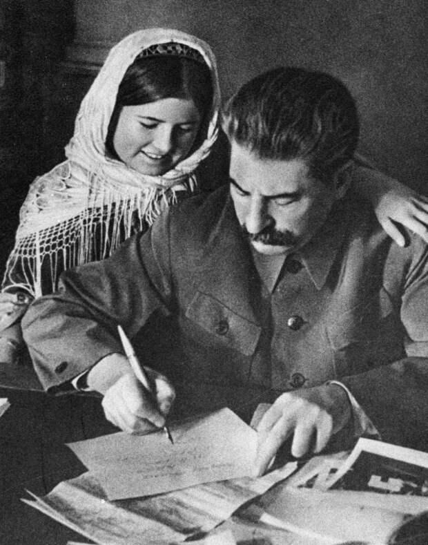 Мамлакат Нахангова. Сталин подписывает фотографию участнице совещания стахановцев в Москве.  1935 год.