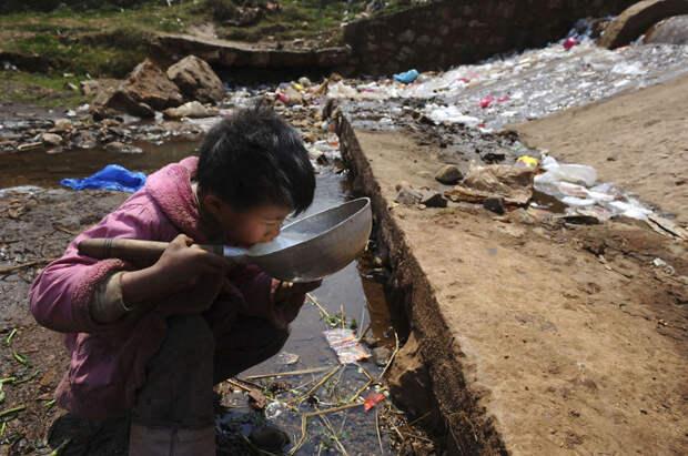 4. Ребёнок пьёт воду из загрязнённого ручья в уезде Фуюань провинции Юньнань загрязнение, китай, экология