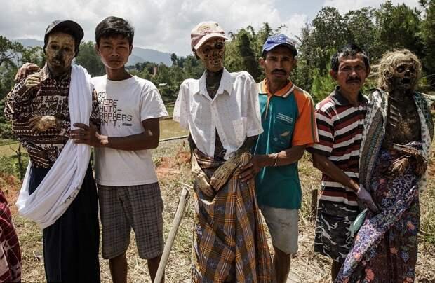 Фестиваль Манене, во время которого народ тораджи откапывает тела своих умерших родственников