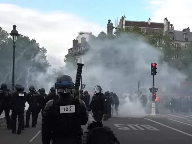 В столице Франции протестующих против ковид-паспортов разогнали слезоточивым газом