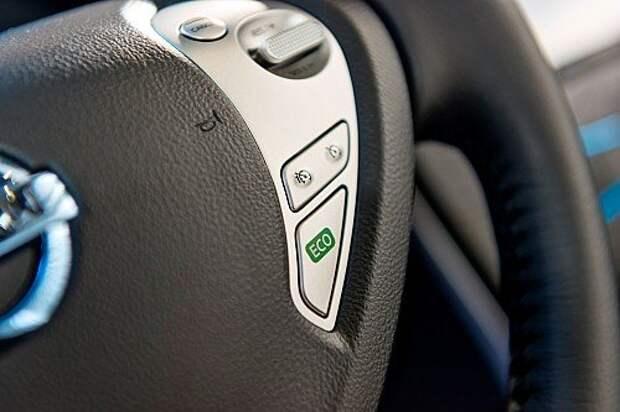 Обновленный Nissan Leaf на раллийной трассе: огонь-батарея