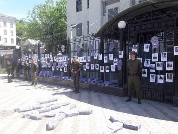 Жесть! В Киеве российское посольство обложили гробами (ФОТО)