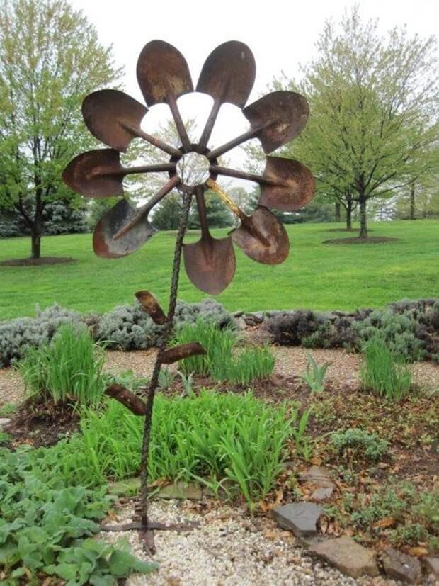 Садовая скульптура - цветок из лопат