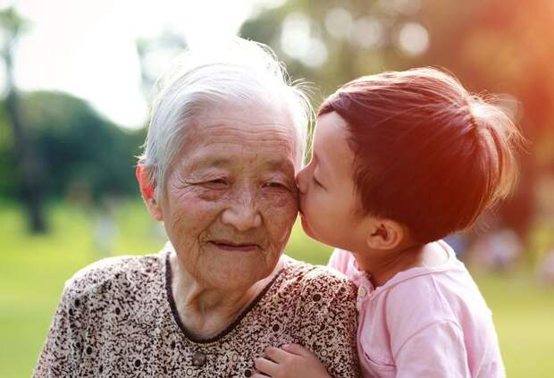 Ложь во имя любви: китаянка 13 лет обманывала бабушку, чтобы не разбить ей сердце