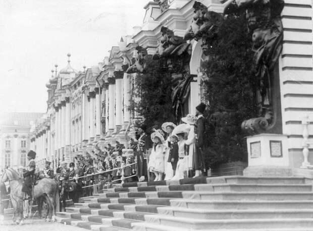 16. Члены императорской фамилии на лестнице Екатерининского дворца наблюдают за парадом