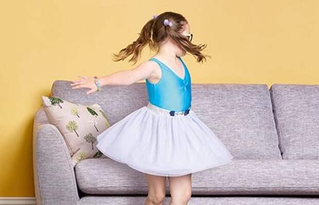 Девочка во время танца едва не разгромила квартиру