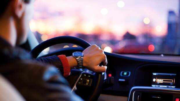 Чиновников в РФ начали активно наказывать за езду на служебном авто в личных целях