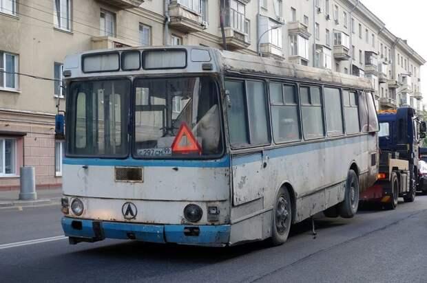 Путешествие по Москве задом наперёд. Оргстекло выдавило набегающим потоком воздуха через разбитое заднее окно ЛАЗ, ЛАЗ-4969, авто, автобус, кухня, олдтаймер, ретро техника, фудтрак