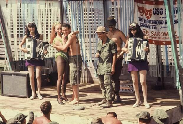 Война во Вьетнаме. Развлечения для солдат.