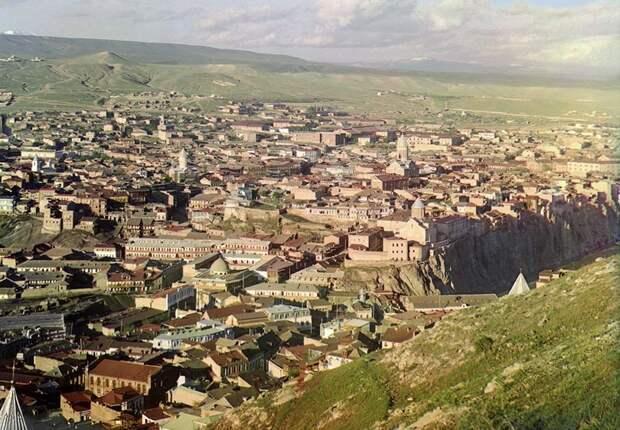 Вид на Тбилиси из церкви святого Давида, 1910 год. (Prokudin-Gorskii Collection/LOC) империя., путешествия, цветное фото