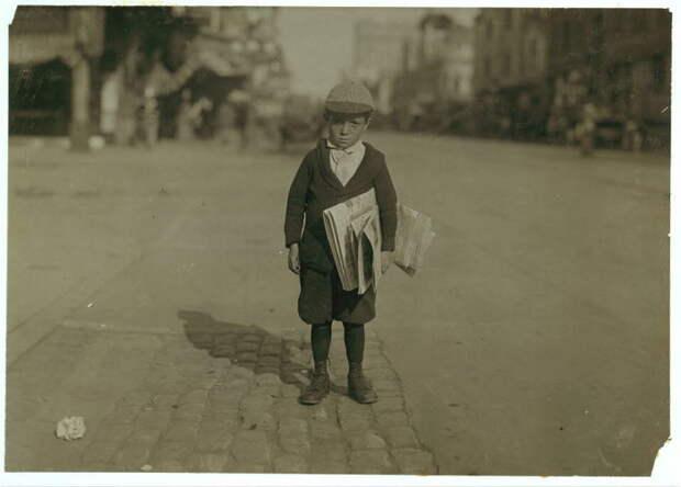 Юный разносчик газет. США, Нью-Йорк, 1915 год.