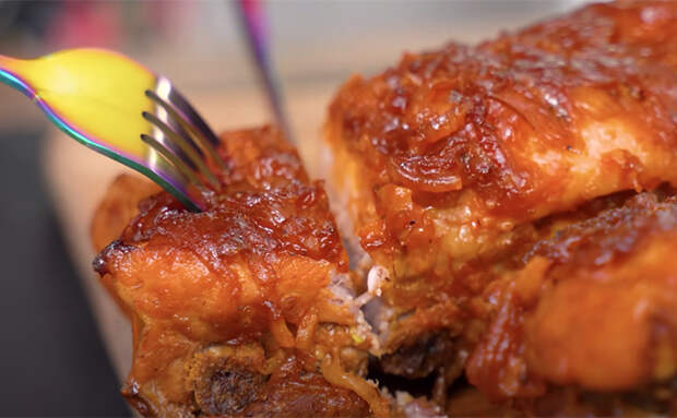 Обычно ребрышки в духовке получаются жесткие и сухие. Нарушаем правила и делаем их нежнее шашлыка