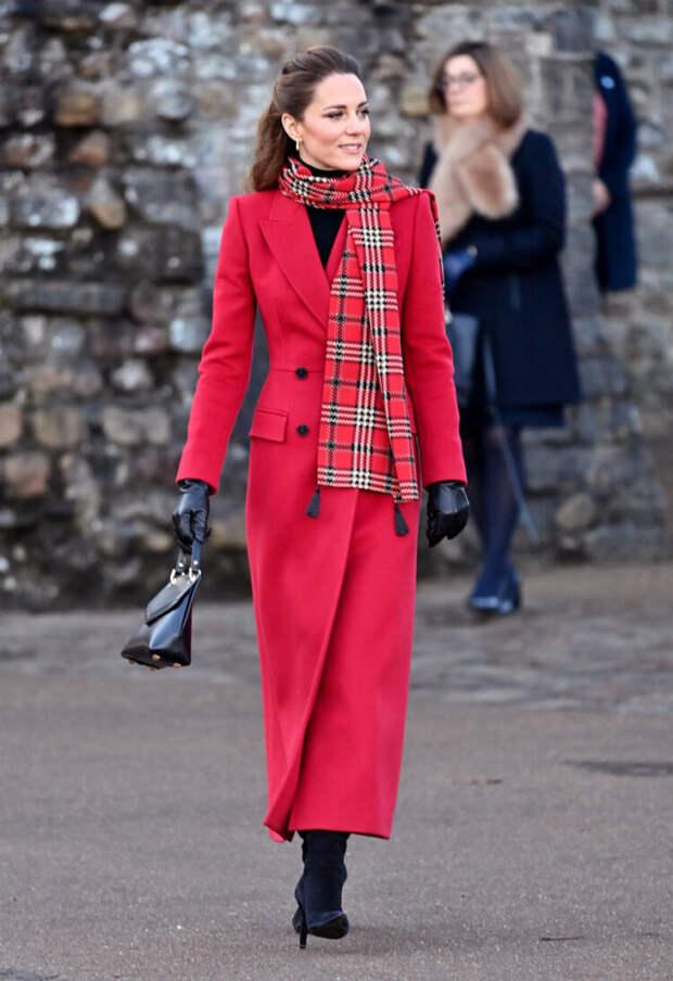 кейт миддлтон в красном пальто и клетчатом шарфе