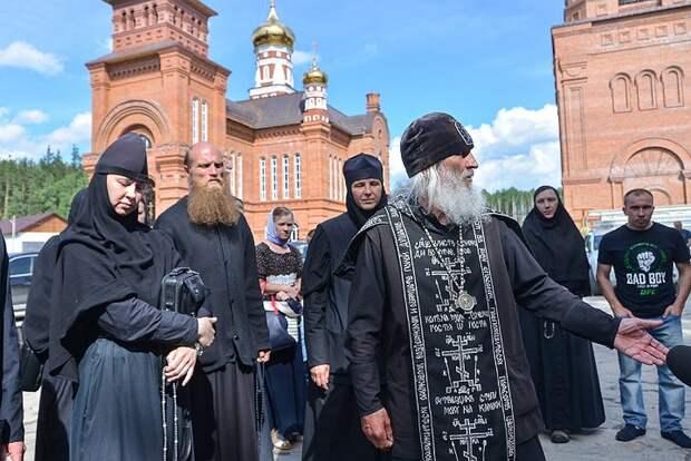 Отца Сергия постоянно сопровождает свита Фото: Алексей БУЛАТОВ