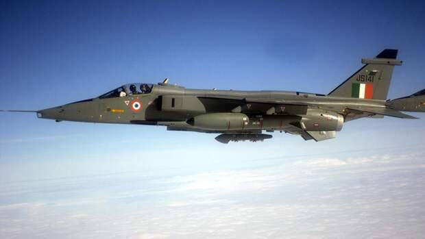 Истребитель-бомбардировщик СЕПЕКАТ «Ягуар» ВВС Индии в небе